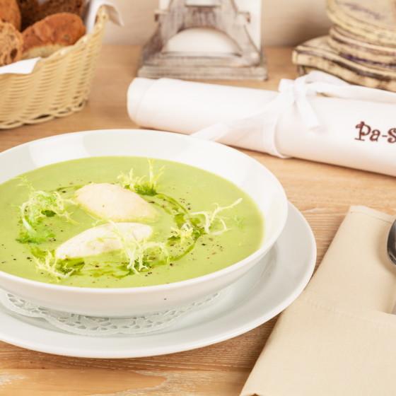 Крем-суп из брокколи с куриными кнелями
