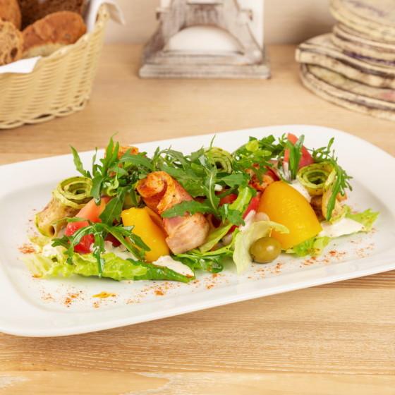 Зеленый салат с куриными рулетами