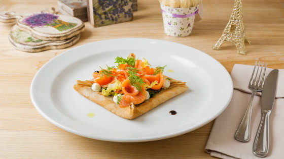 Креп со шпинатом, крем-сыром и лососем