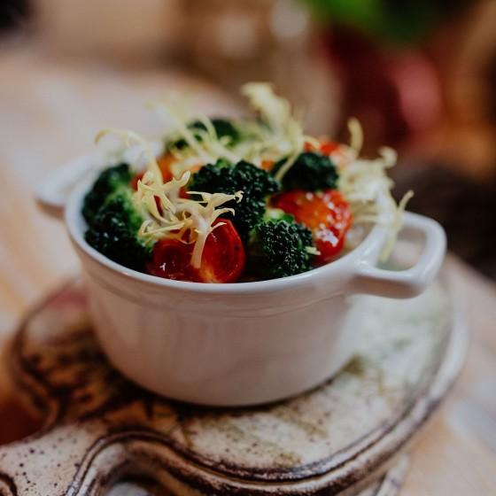 Овощной жульен с брокколи и томатами