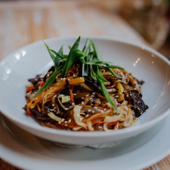 Рисовая лапша с жареными овощами